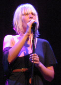 220pxsia_furler_in_concert_28croppe